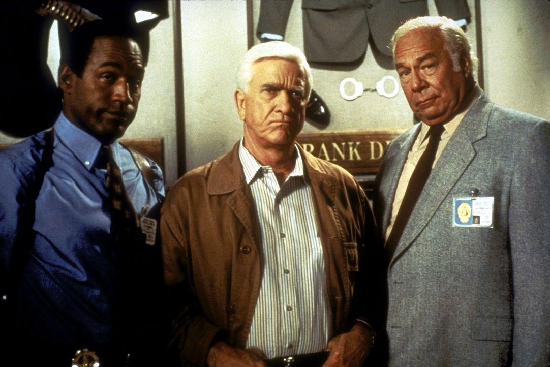 Nordberg (O. J. Simpson, l.) und Captain Hocken (George Kennedy, r.) können Frank (Leslie Nielsen, M.) überreden, ein letztes Mal für die Polizei zu... - Bildquelle: Paramount Pictures