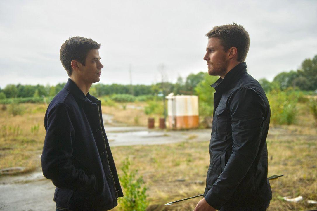 Nachdem Oliver alias Arrow (Stephen Amell, r.), Barry alias The Flash (Grant Gustin, l.) aus einer ausweglosen Situation geholfen hat, ist Oliver de... - Bildquelle: Warner Brothers.