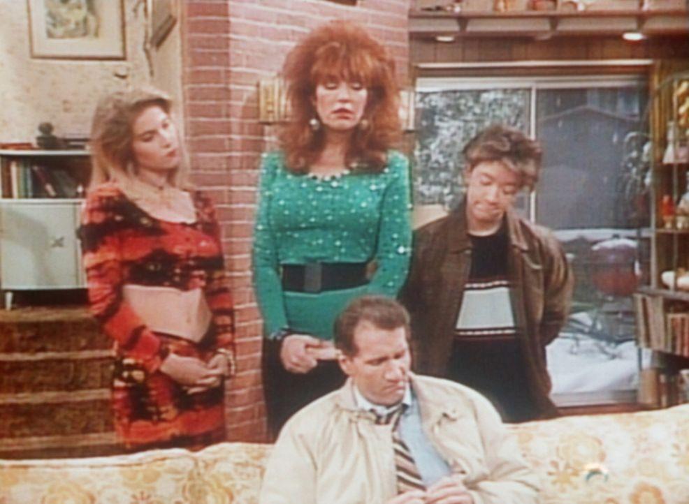 Al (Ed O'Neill, M.) kann Kelly (Christina Applegate), Peggy (Katey Segal, 2.v.l.) und Bud (David Faustino, r.) keine Weihnachtsgeschenke machen. - Bildquelle: Sony Pictures Television International. All Rights Reserved.
