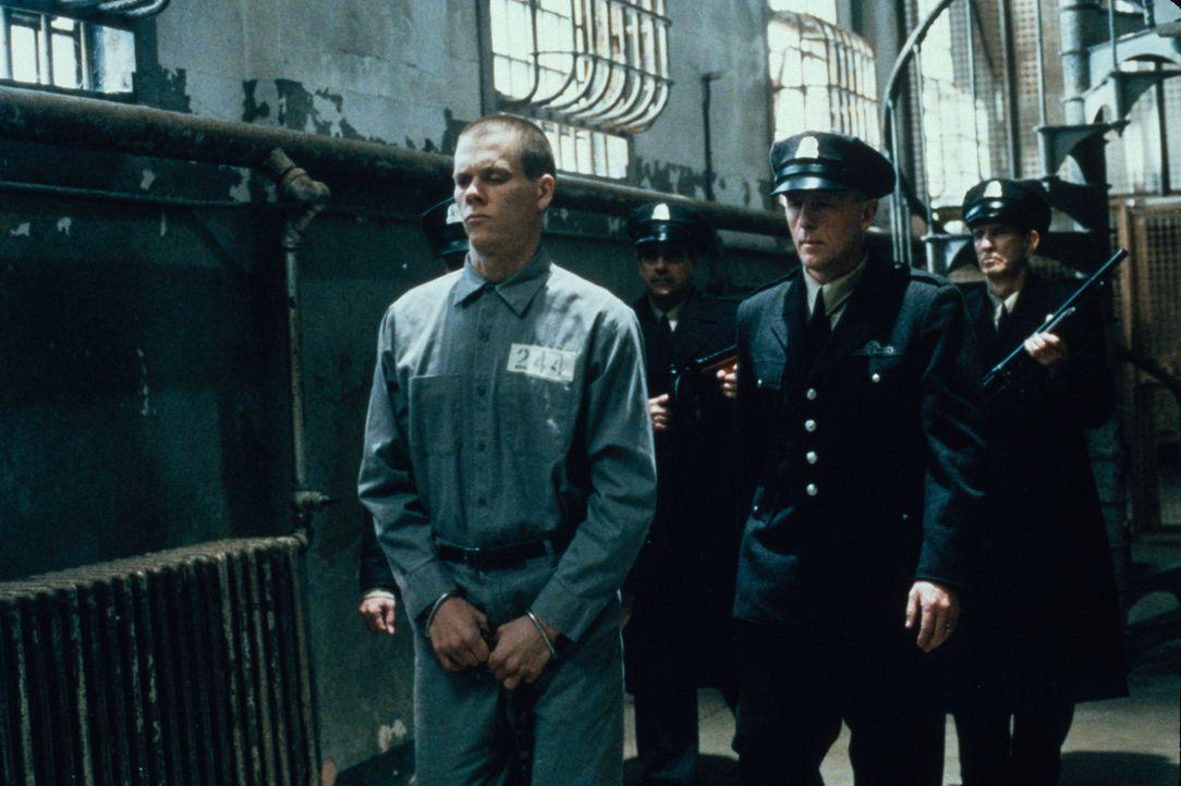 Henri Young (Kevin Bacon, l.) soll zum Tode verurteilt werden. Unter strengen Sicherheitsvorkehrungen wird er zum Gericht gebracht. - Bildquelle: Warner Bros.