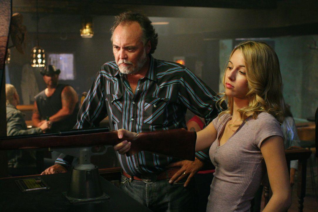 Jo (Alona Tal, r.) weiß, wie man mit Waffen umzugehen hat ... - Bildquelle: Warner Bros. Television