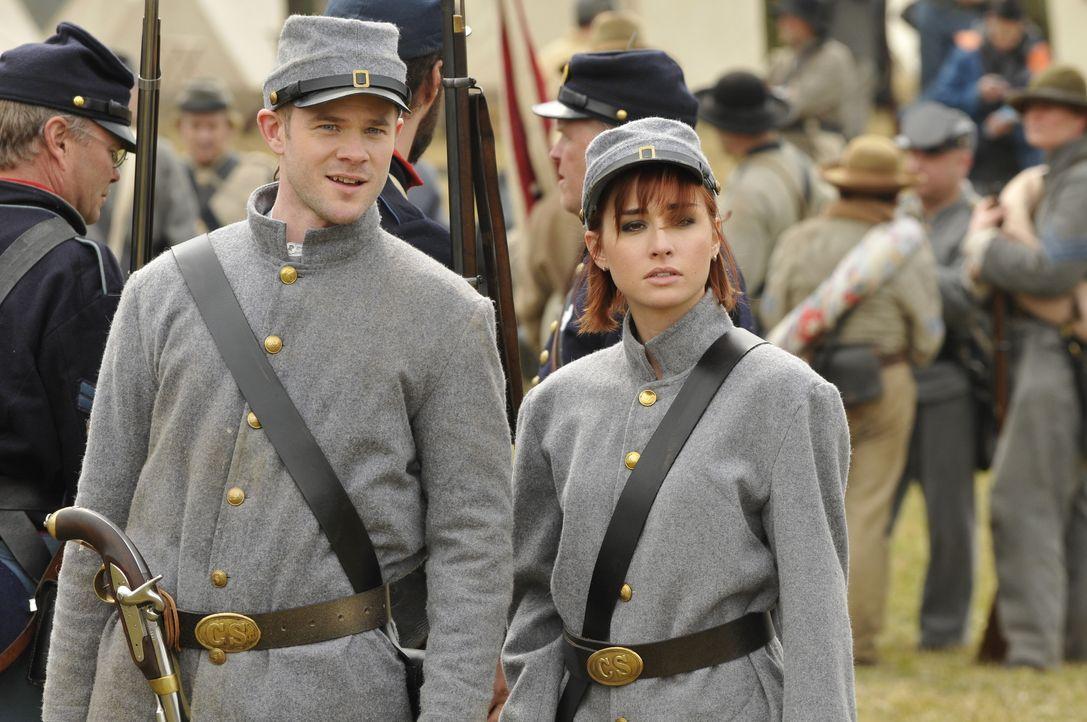 Steve (Aaron Ashmore, l.) und Claudia (Allison Scagliotti, r.) machen sich auf die Suche nach der Feldflasche von General Grant . Doch das ist gar n... - Bildquelle: Steve Wilkie/Syfy
