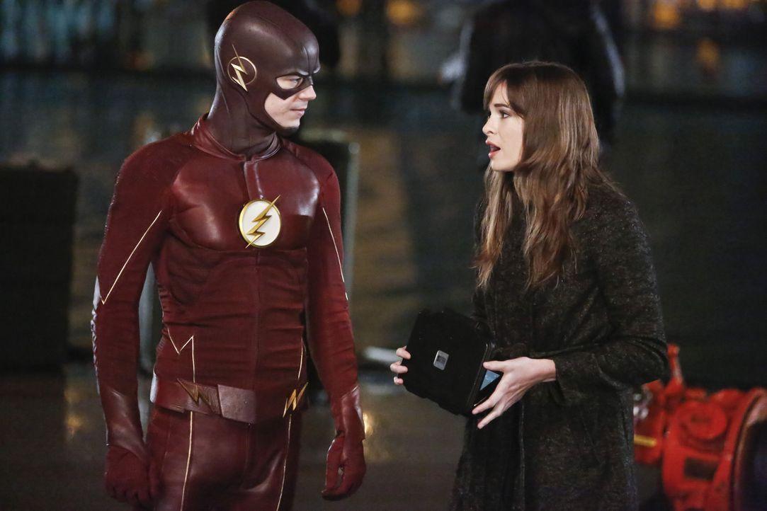 Während Caitlin (Danielle Panabaker, r.) mit dem Verlust von Jay zu kämpfen hat, muss sich Barry alias The Flash (Grant Gustin, l.) erneut dem riesi... - Bildquelle: Warner Bros. Entertainment, Inc.