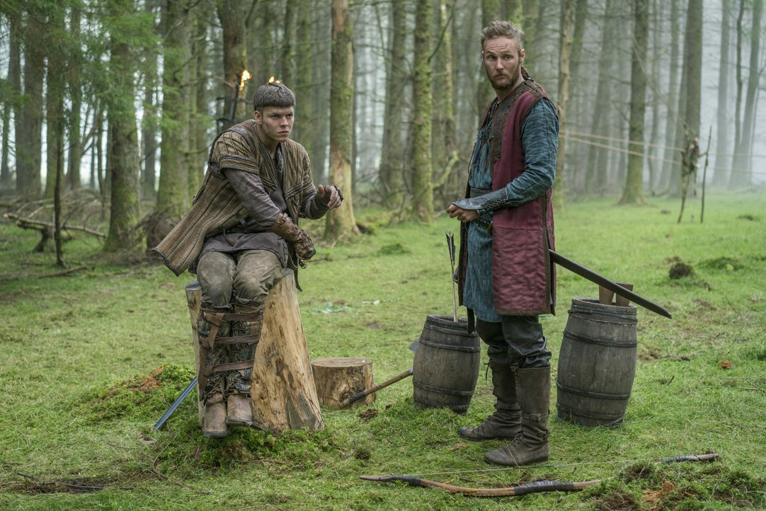 Während Übbe (Jordan Patrick Smith, r.), Hvitserk und Sigurd ihrem Vater gegenübertreten, scheint Ivar (Alex Høgh Andersen, l.), obwohl Ragnar ihn i... - Bildquelle: 2016 TM PRODUCTIONS LIMITED / T5 VIKINGS III PRODUCTIONS INC. ALL RIGHTS RESERVED.