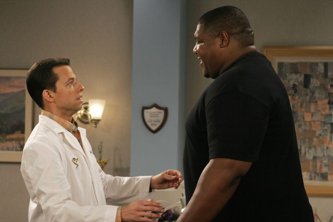 Alan (Jon Cryer, l.) ist entsetzt als Mr. Dunlop (Lincoln Kennedy, r.) vor ihm in seiner Praxis steht ... - Bildquelle: Warner Brothers Entertainment Inc.