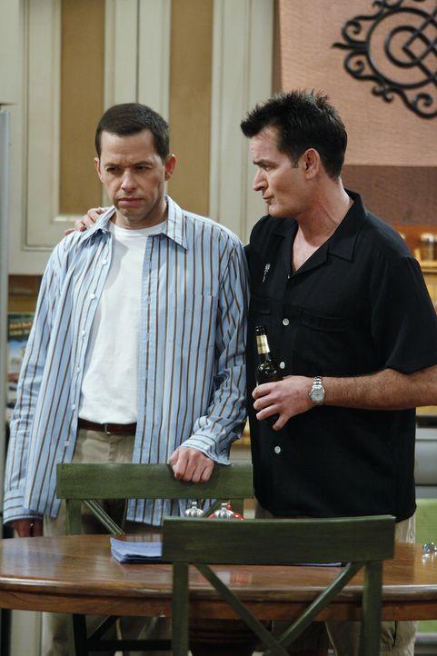 Alan (Jon Cryer, l.) und Charlie (Charlie Sheen, r.) beobachten zwei Mädchen, die sich morgens aus Jakes Zimmer schleichen. Während Charlie etwas st... - Bildquelle: Warner Bros. Television