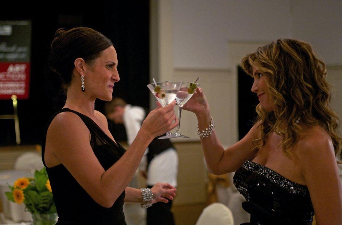 Wird Sue (Meredith McGeachie, l.) den Zorn von Hexe Maggie Stark (Charisma Carpenter, l.) zu spüren bekommen? - Bildquelle: Warner Bros. Television