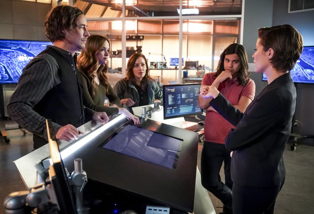 (v.l.n.r.) Sherloque (Tom Cavanagh); Caitlin (Danielle Panabaker); Dr. Tanya Lamden (Zibby Allen); Cisco (Carlos Valdes); Lyla Michaels (Audrey Mari... - Bildquelle: Shane Harvey 2018 The CW Network, LLC. All rights reserved.