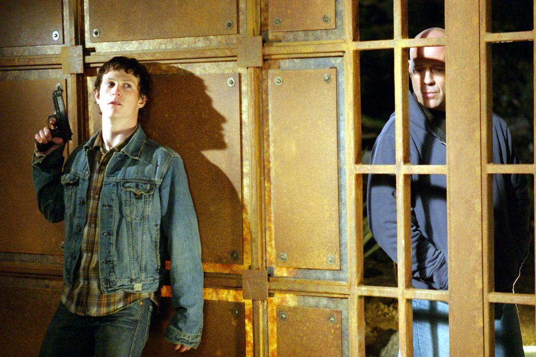 Als drei Kleinganoven (Marshall Allman, l.) auf der Flucht nach einem Raubüberfall eine Familie in seinem Bezirk als Geiseln nehmen, beginnt für den... - Bildquelle: 2004 Hostage, LLC. All Rights Reserved