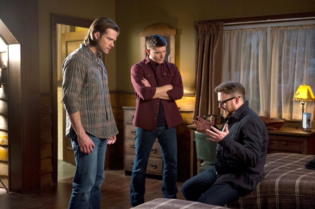Sam (Jared Padalecki, l.) und Dean (Jensen Ackles, M.) begeben sich nach Washington, um den Mord eines jungen Mädchens aufzuklären. Doch Geisterjäge... - Bildquelle: 2013 Warner Brothers