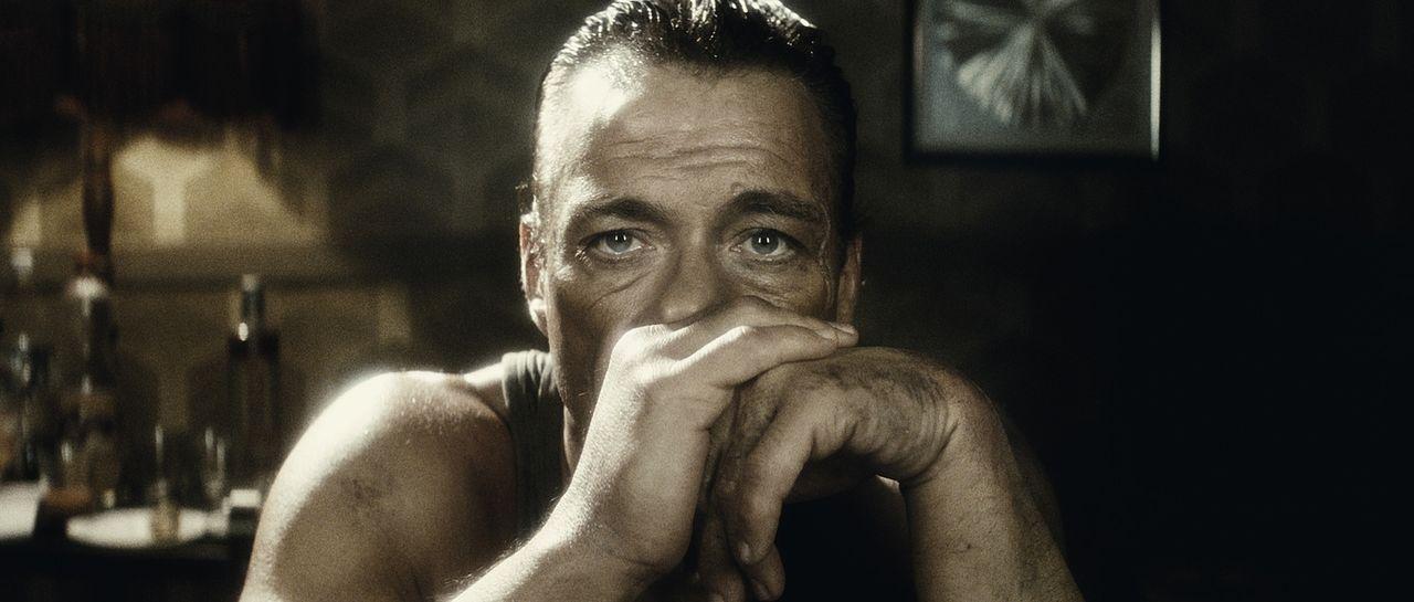Der belgische Filmschauspieler J.C.V.D. (Jean-Claude Van Damme) steckt mitten in einer finanziellen und privaten Lebenskrise, als er in einen Banküb... - Bildquelle: 2008 Samsa Film & Gaumont. All Rights Reserved.