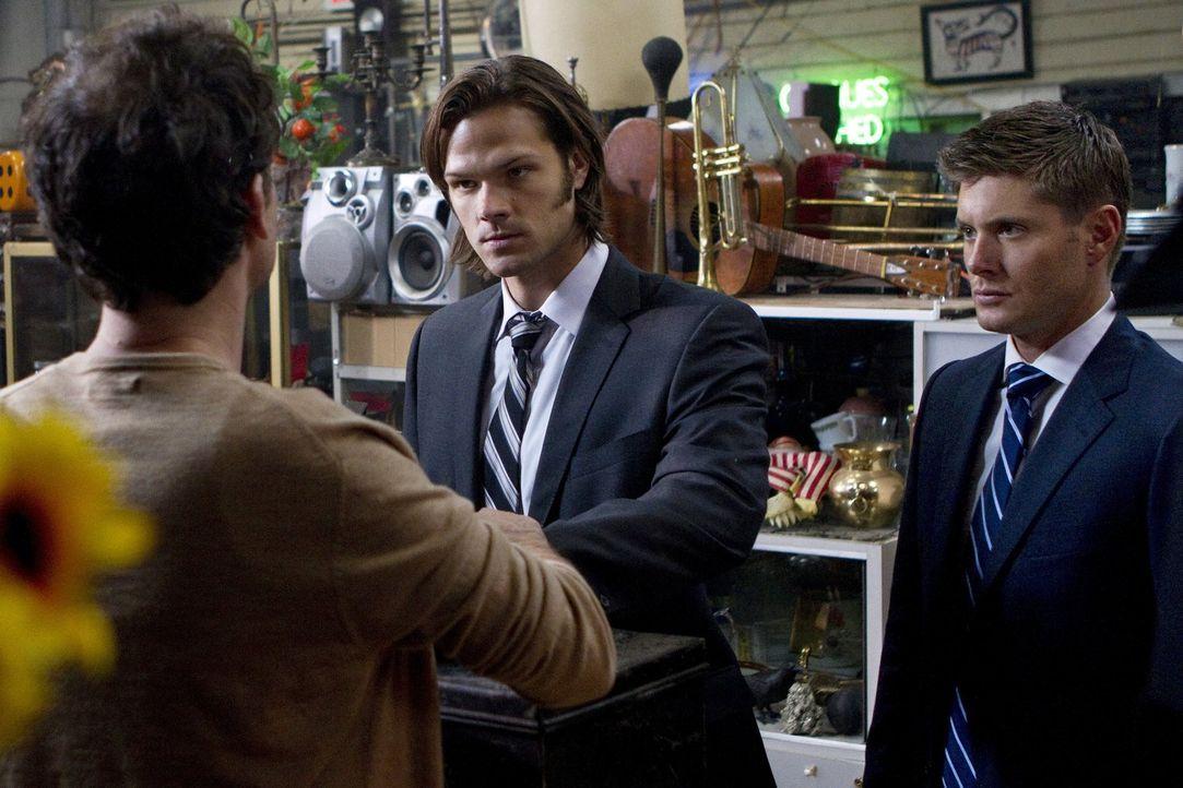 Hat Jimmy Tomorrow (Johnny Sneed, l.) etwas mit den Morden an einigen Wahrsagern zu tun? Sam (Jared Padalecki, M.) und Dean (Jensen Ackles, r.) woll... - Bildquelle: Warner Bros. Television