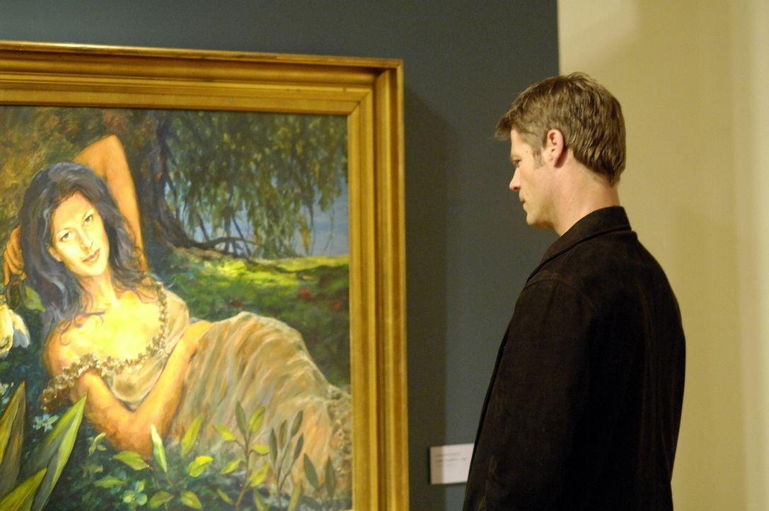 Tom (Joel Gretsch) ist wieder einmal in der Galerie und betrachtet das Gemälde von Alana ... - Bildquelle: Viacom Productions Inc.