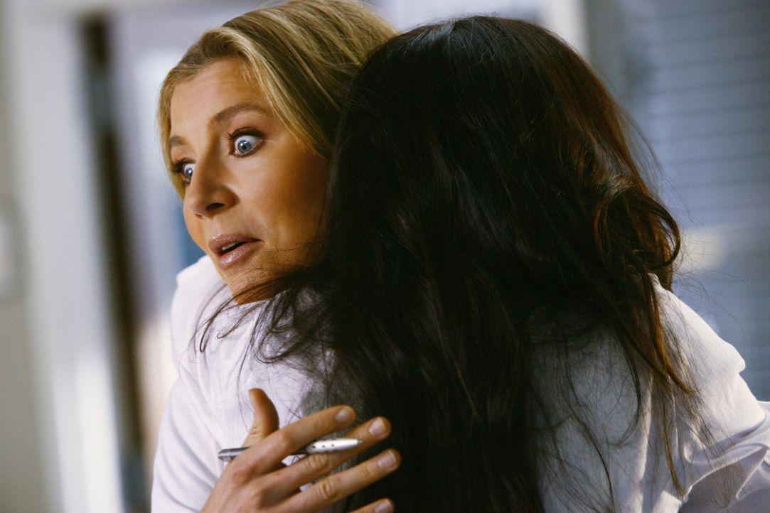Elliot (Sarah Chalke, l.) ist über die Zuneigung der neuen Ärztin Dr. Maddox (Courteney Cox, r.) etwas verwundert ... - Bildquelle: Touchstone Television