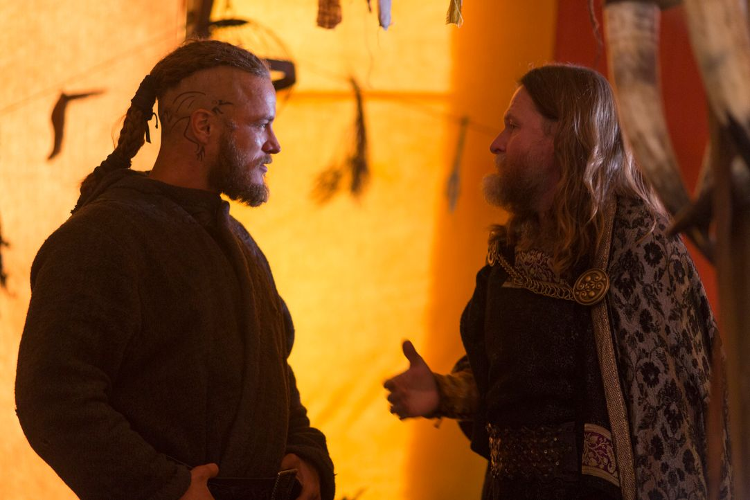 Von Athelstan hat Ragnar (Travis Fimmel, l.) von der Existenz eines weiteren Gebietes - das heutige Frankreich - erfahren. Jetzt will er König Horak... - Bildquelle: 2013 TM TELEVISION PRODUCTIONS LIMITED/T5 VIKINGS PRODUCTIONS INC. ALL RIGHTS RESERVED.