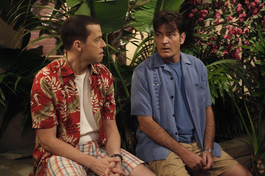 Alan (Jon Cryer, l.) spielt sich nun als Herr im Haus auf - und wird von Chelsea und Melissa kurzerhand rausgeworfen. Er sucht Zuflucht in Charlies... - Bildquelle: Warner Bros. Television