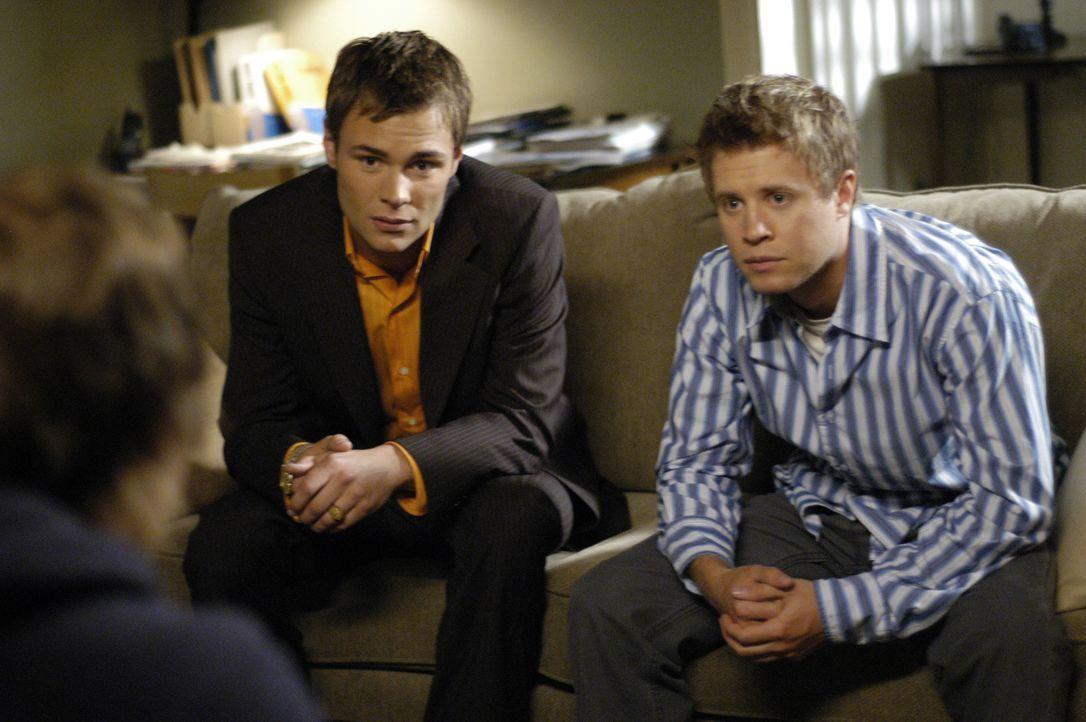 Versuchen Kyle (Chad Faust, l.) zu helfen mit seinem Geheimnis umzugehen: Shawn (Patrick Flueger, M.) und Danny (Kaj-Erik Eriksen, r.) ... - Bildquelle: Viacom Productions Inc.