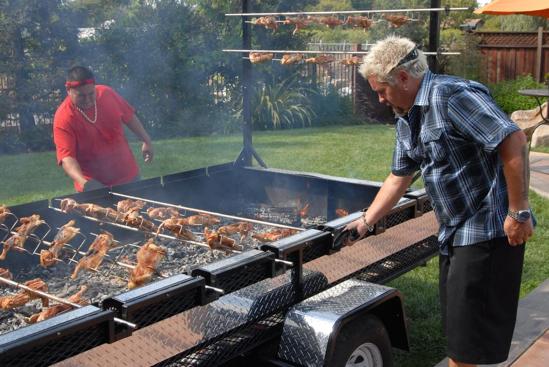 Um den Flair von Hawaii rüberzubringen, bereitet Guy Fieri (r.) mit seinem Freund Reno Henriques (l.) ein Huli Huli Chicken zu ... - Bildquelle: 2012, Television Food Network, G.P. All Rights Reserved.