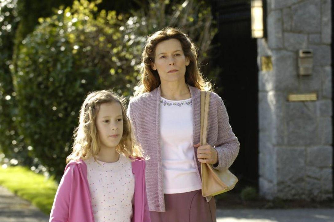 Maia (Conchita Campbell, l.) wird von ihrer vermeidlichen Schwester Sara (Alice Krige, r.) entführt ... - Bildquelle: Viacom Productions Inc.