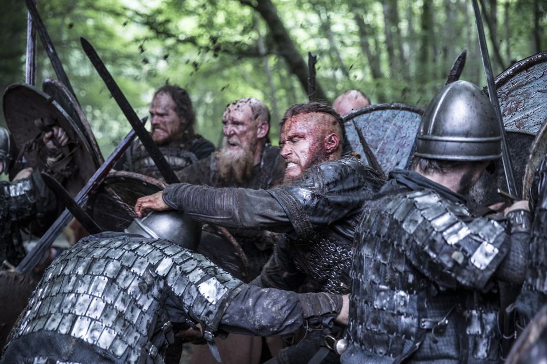 Auf dem Weg zu einem neuen Raubzug gerät Ragnar (2.v.r.) mit seinen Kriegern in einen Sturm, der ihn an die Küste von Wessex treibt, welches von Kön... - Bildquelle: 2014 TM TELEVISION PRODUCTIONS LIMITED/T5 VIKINGS PRODUCTIONS INC. ALL RIGHTS RESERVED.