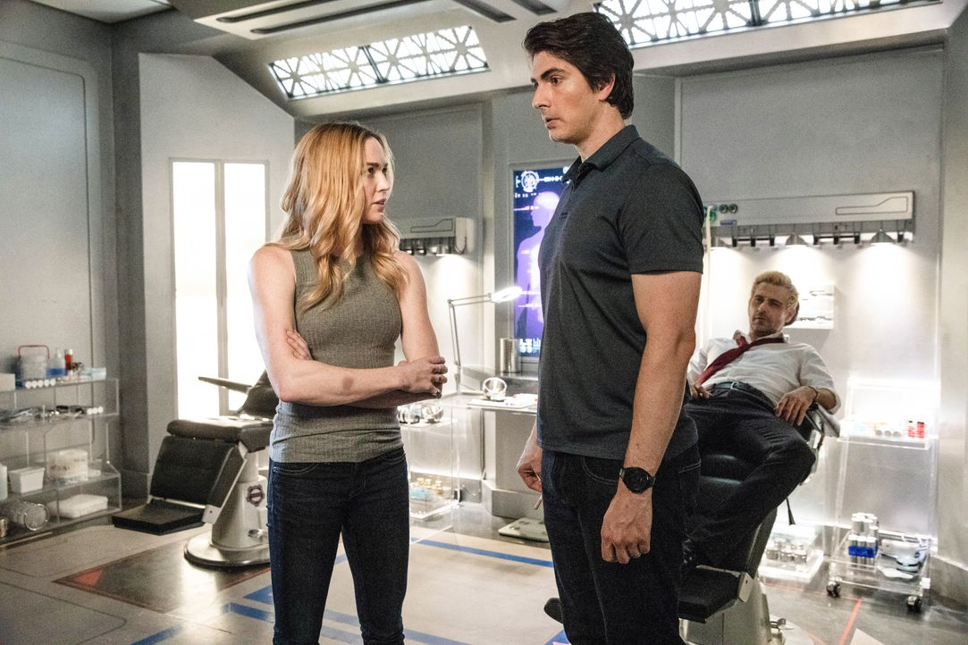 (v.l.n.r.) Sara (Caity Lotz); Ray (Brandon Routh); Constantine (Matt Ryan) - Bildquelle: Jack Rowand 2018 The CW Network, LLC. All rights reserved. / Jack Rowand