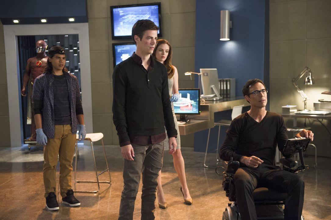 Nachdem Barry (Grant Gustin, 2.v.l.) immer häufiger Schwächeanfälle bekommt, machen Harison (Tom Cavanagh, r.), Cisco (Carlos Valdes, l.) und Caitli... - Bildquelle: Warner Brothers.