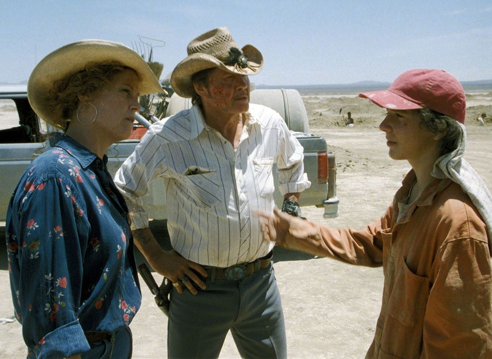Die Leiterin des Jugendstraftäterlagers, The Warden (Sigourney Weaver, l.), wartet ungeduldig darauf, dass die Jungs (Shia LaBeouf, r.) endlich etwa... - Bildquelle: Buena Vista Pictures Distribution