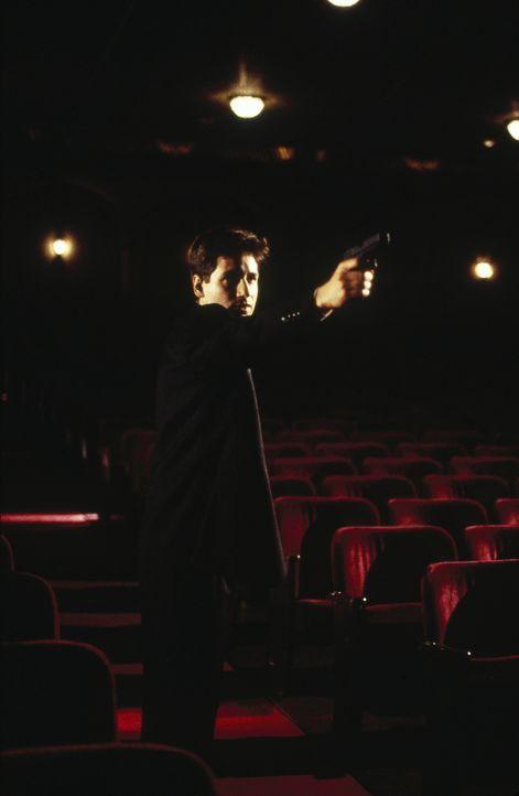 Eine Spur führt Mulder (Davis Duchovny) zu einem Arzt, der verbotene Experimente an Gefangenen durchführte. - Bildquelle: TM +   Twentieth Century Fox Film Corporation. All Rights Reserved.