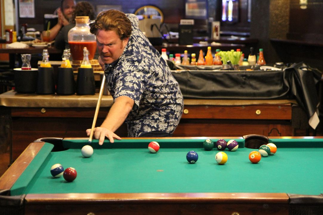 "Vor der großen Challenge entspannt Casey beim Billardspielen, denn ""Timothy O'Toole's Pub"" in Chicago hat nicht nur leckeres Essen zu bieten ... - Bildquelle: 2017,The Travel Channel, L.L.C. All Rights Reserved."