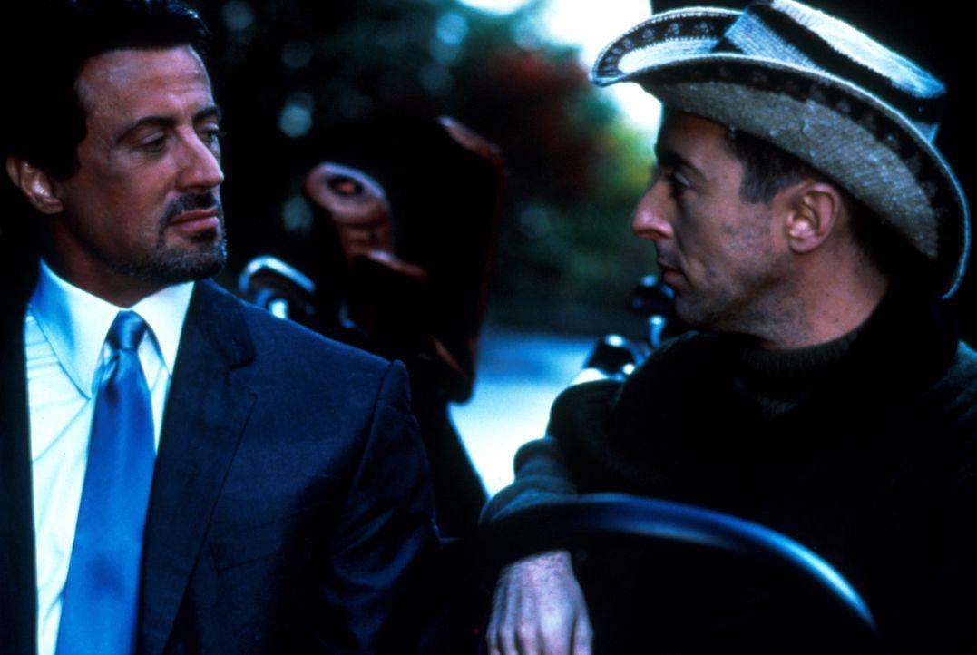 Der Computer-Millionär Jeremy Kinnear (Alan Cumming, r.) möchte seinen Partner loswerden und bietet deshalb Jack Carter (Sylvester Stallone, l.) sei... - Bildquelle: Warner Bros.