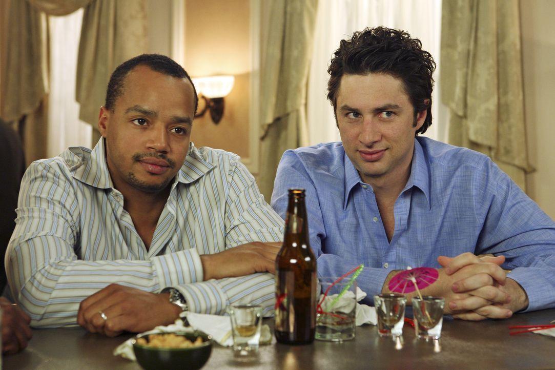 J.D. (Zach Braff, r.) begleitet Turk (Donald Faison, l.) zu einer Chirurgen-Tagung, um sich von Elliot abzulenken. Das fällt ihm anfangs schwer, doc... - Bildquelle: Touchstone Television
