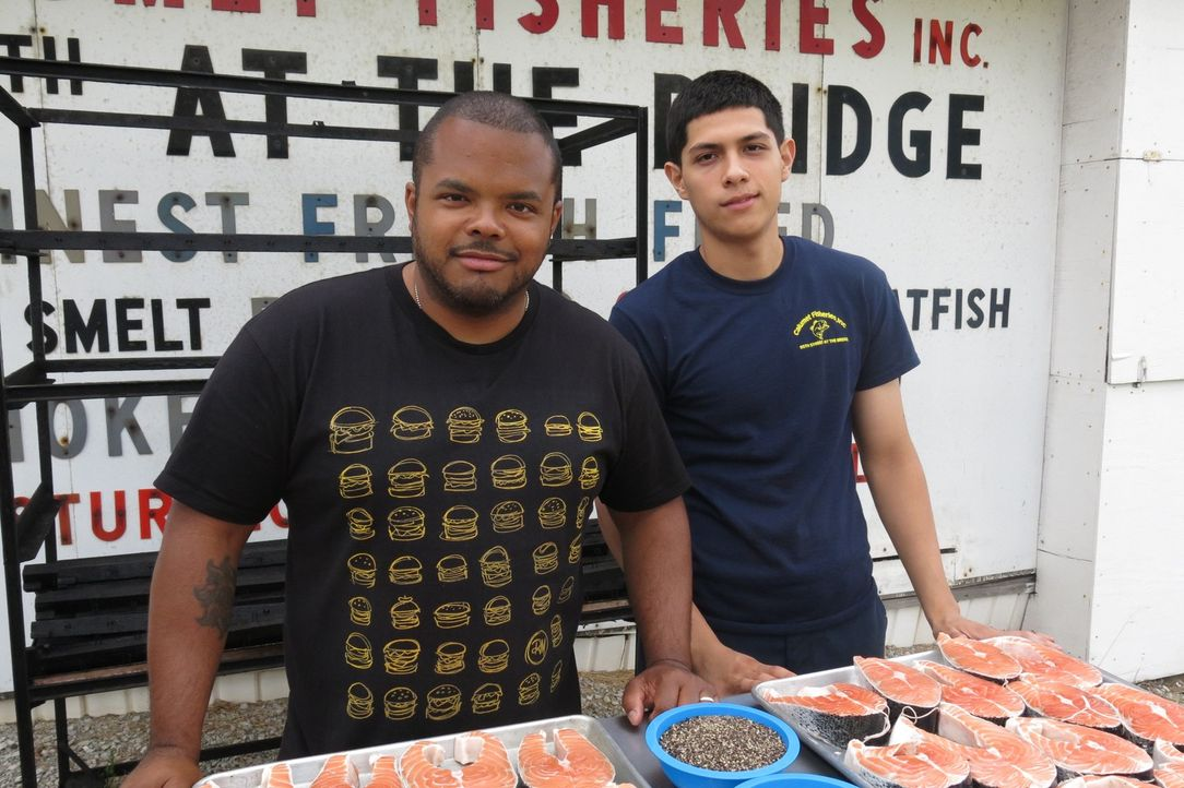 Roger Mooking (l.) besucht in Chicago Javier Magallanes (r.) von Calumet Fisheries, wo seit über 80 Jahren Fisch im traditionellen Stil geräuchert w... - Bildquelle: 2015,Cooking Channel, LLC. All Rights Reserved.