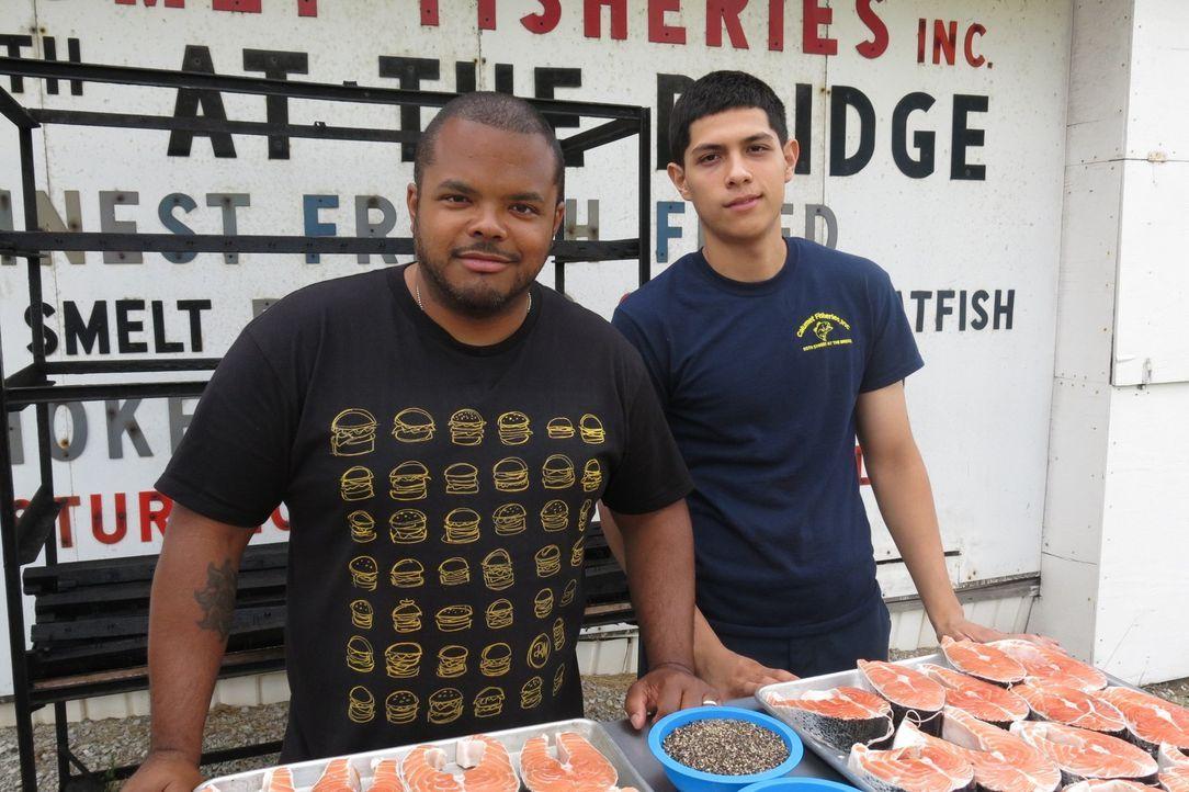 Roger Mooking (l.) besucht in Chicago Javier Magallanes (r.) von Calumet Fisheries, wo seit über 80 Jahren Fisch im traditionellen Stil geräuchert w... - Bildquelle: 2015,Cooking Channel, LLC. All Rights Reserved.