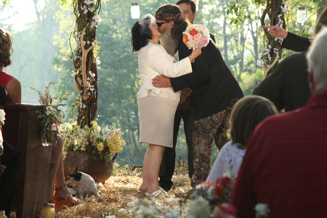 Weil Kay (l.) und Phil (r.) nie eine richtige Hochzeitszeremonie hatten, planen ihre Familie und Freunde eine besondere Überraschung zu ihrem ansteh... - Bildquelle: 2013 A+E Networks