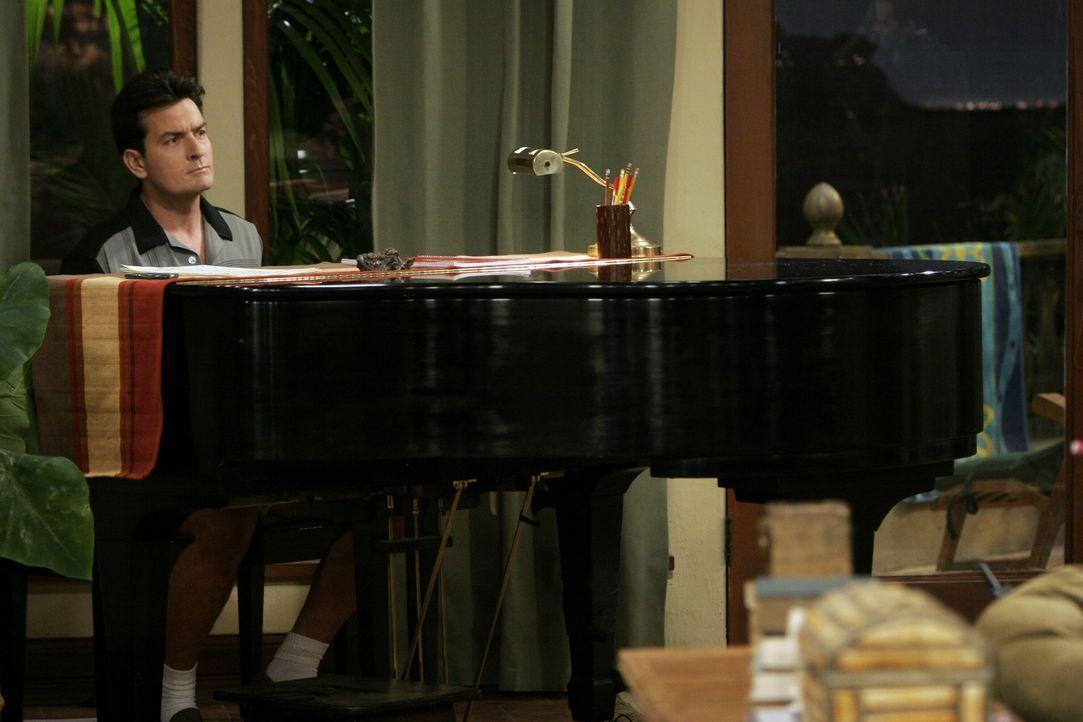 Charlie (Charlie Sheen) sinnt auf eine Möglichkeit, Judith wieder los zu werden ... - Bildquelle: Warner Brothers Entertainment Inc.