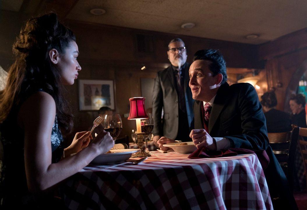 Sofia (Crystal Reed, l.) lädt Pinguin (Robin Lord Taylor, r.) zu einem Mittagessen ein. Doch was bezweckt sie damit wirklich? - Bildquelle: 2017 Warner Bros.