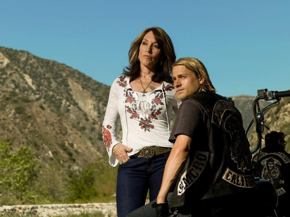 """(1. Staffel) - Gemma Teller Morrow (Katey Sagal, l.) ist immer für ihren Sohn Jackson """"Jax"""" Teller (Charlie Hunnam, r.) da und unterstützt ihn, wo... - Bildquelle: 2008 FX Networks, LLC. All rights reserved."""