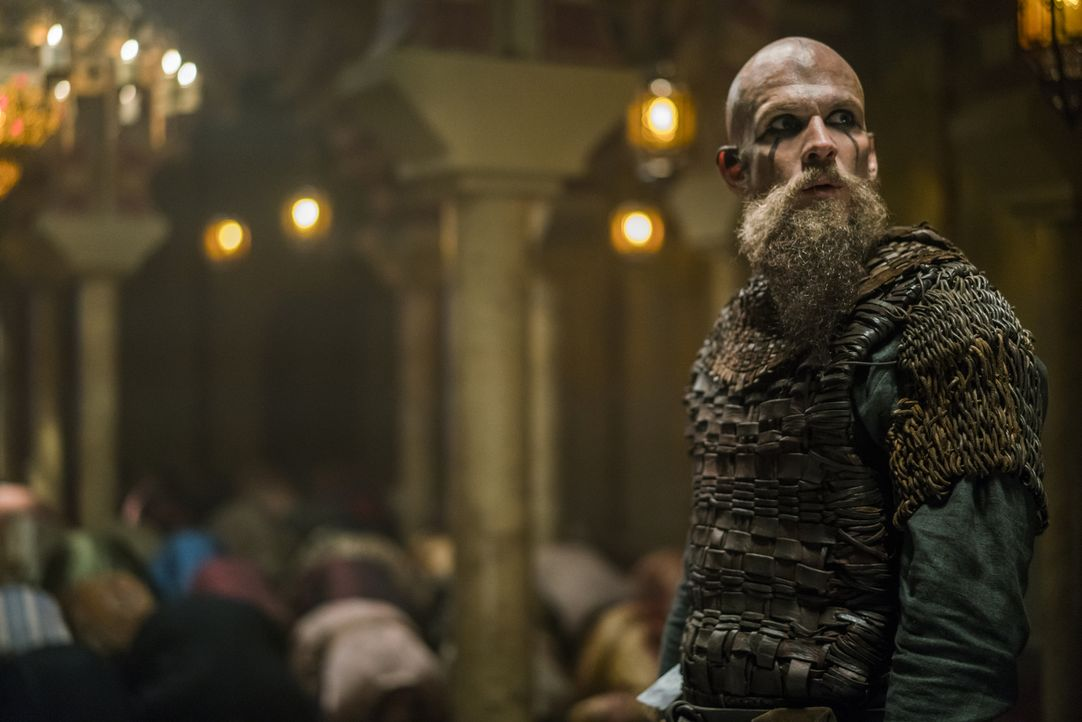 Während Ivar sich an Lagertha rächen möchte, ist Floki (Gustaf Skarsgård) auf der Seereise sehr nachdenklich geworden, was seine wahre Bestimmung un... - Bildquelle: 2016 TM PRODUCTIONS LIMITED / T5 VIKINGS III PRODUCTIONS INC. ALL RIGHTS RESERVED.