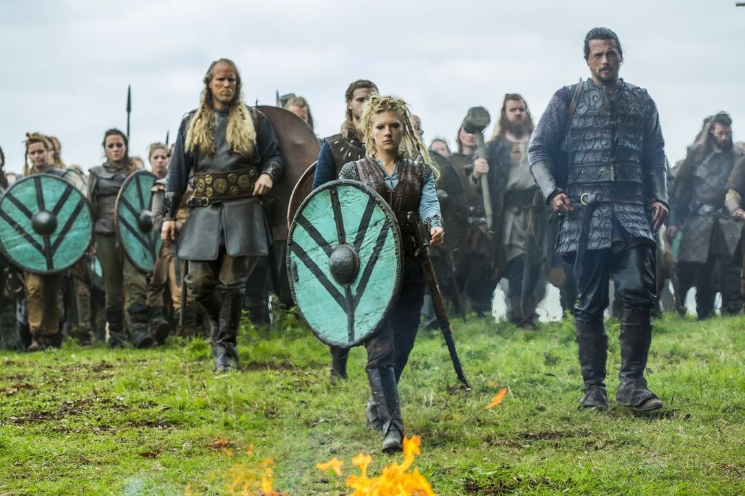 Ragnar und die Wikinger haben Paris erreicht. Die Erstürmung der fränkischen Metropole steht bevor: Lagertha (Katheryn Winnick, vorne 2.v.r.), Erlen... - Bildquelle: 2015 TM PRODUCTIONS LIMITED / T5 VIKINGS III PRODUCTIONS INC. ALL RIGHTS RESERVED.