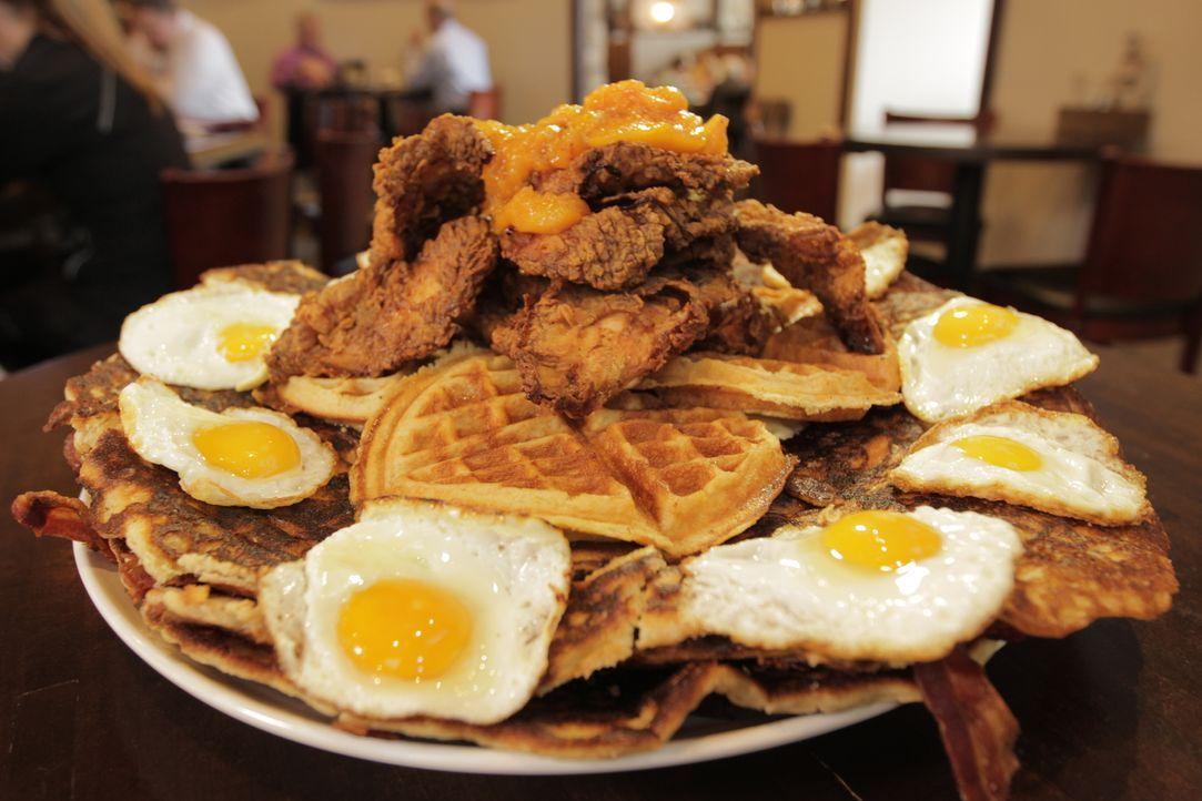 """Im """"Peach and the Porkchop"""" darf Josh einen gigantischen Südstaatenklassiker in XXL-Format probieren: Vier Pfund """"Chicken and Waffles"""" mit zwölf Spi... - Bildquelle: 2017,Television Food Network, G.P. All Rights Reserved."""