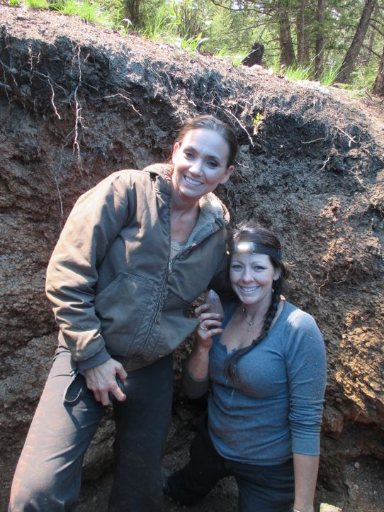 Amanda (l.) und Jessica (r.) hoffen, dass die Diebe nicht die ganze Mine ausgeräumt haben ... - Bildquelle: High Noon Entertainment, 2015