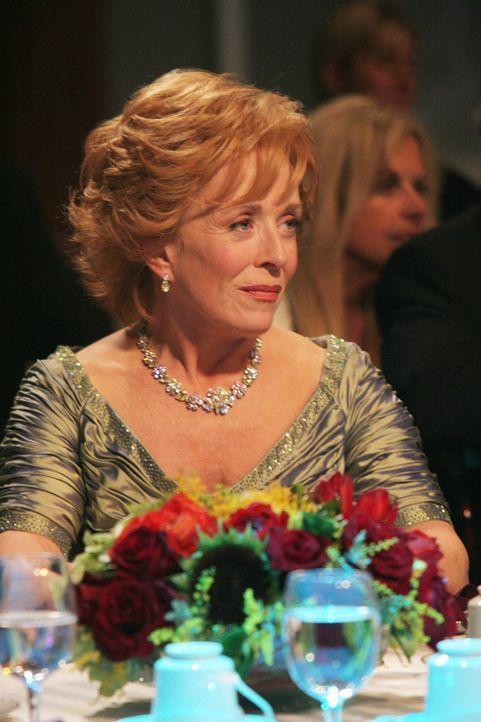 Ist stolz auf ihren Sohn Charlie, der für den besten Werbejingle nominiert wurde: Evelyn (Holland Taylor) ... - Bildquelle: Warner Brothers Entertainment Inc.