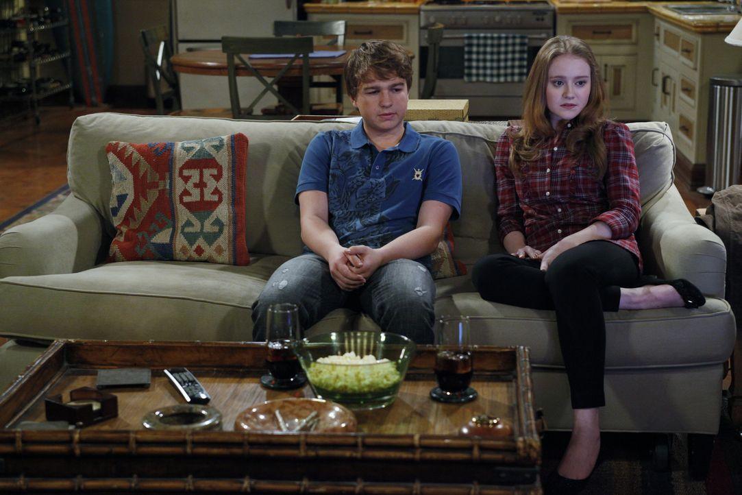 Charlie kommt betrunken nach Hause und vermasselt Jake (Angus T. Jones, l.) ein Date mit dessen neuer Freundin Megan (Macy Cruthird, r.). Jake ist w... - Bildquelle: Warner Bros. Television