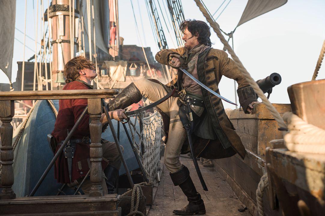 Flint flüchtet sich mit Silver und den überlebenden Piraten derweil auf Rackhams (Toby Schmitz, r.) Schiff, das gerade rechtzeitig bei der Insel ein... - Bildquelle: David Bloomer 2017 Starz Entertainment, LLC