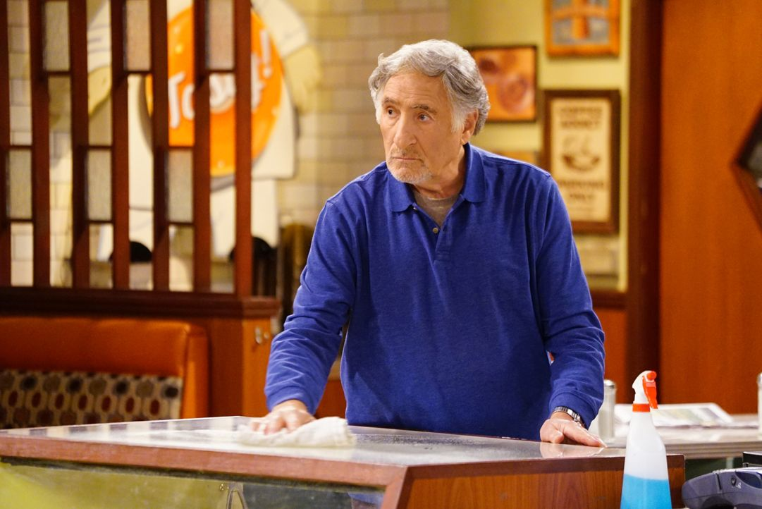 Noch ahnt Arthur (Judd Hirsch) nicht, dass die aktuelle Wohnsituation seines Angestellten Franco bald für einige Probleme sorgen wird ... - Bildquelle: Sonja Flemming 2016 CBS Broadcasting, Inc. All Rights Reserved. / Sonja Flemming