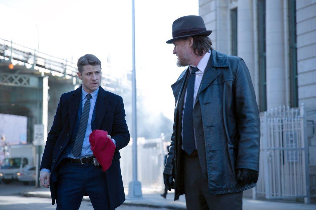 Eine Bande von Bankräubern hält Gotham in Atem. Das Markenzeichen der Kriminellen: rote Sturmhauben. Gordon (Ben McKenzie, l.) und Bullock (Donal Lo... - Bildquelle: Warner Bros. Entertainment, Inc.