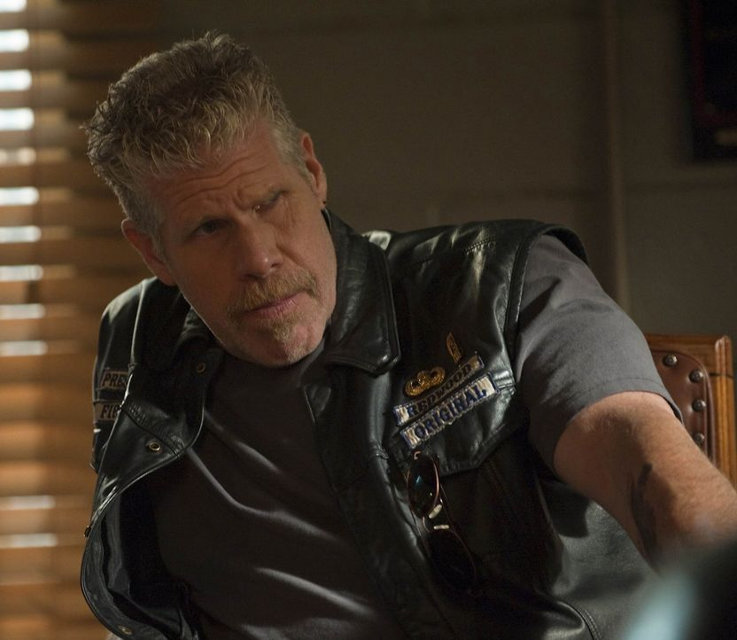 Die Gruppe um Ethan Zobelle provoziert die Sons of Anarchy weiter und Clay (Ron Perlman) überlegt, wie sie weiter vorgehen sollen ... - Bildquelle: 2009 Twentieth Century Fox Film Corporation and Bluebush Productions, LLC. All rights reserved.