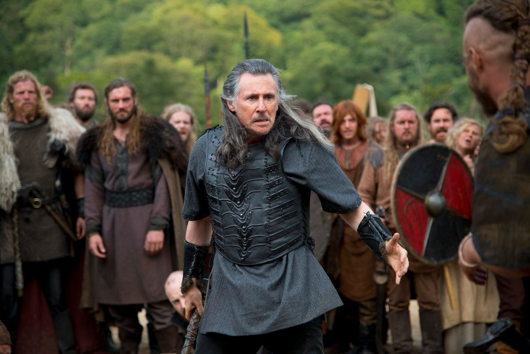 Fühlt sich sicher in Odins Hand, weil ihm geweissagt wurde, dass er als Sieger aus dem Zweikampf gehen würde: Earl Haraldson (Gabriel Byrne) ... - Bildquelle: 2013 TM TELEVISION PRODUCTIONS LIMITED/T5 VIKINGS PRODUCTIONS INC. ALL RIGHTS RESERVED.