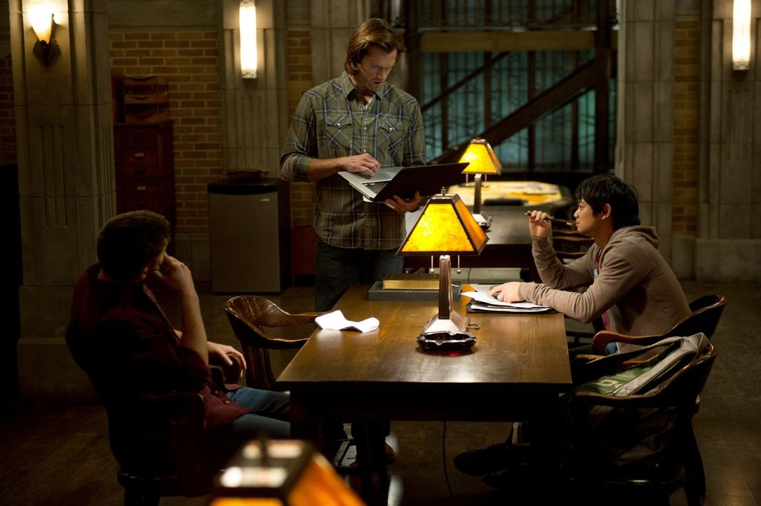 Nachdem Dean (Jensen Ackles, l.) und Sam (Jared Padalecki, M.) bewusst wird, dass die Engel sich jetzt bereits gegeneinander wenden, machen sie Kevi... - Bildquelle: 2013 Warner Brothers