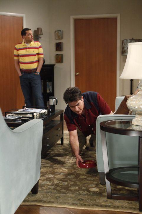 Charlie (Charlie Sheen, r.) soll die Katze seiner Freundin Chelsea versorgen. Viel schlimmer ist jedoch, dass er auch das Katzenklo reinigen soll. S... - Bildquelle: Warner Brothers Entertainment Inc.